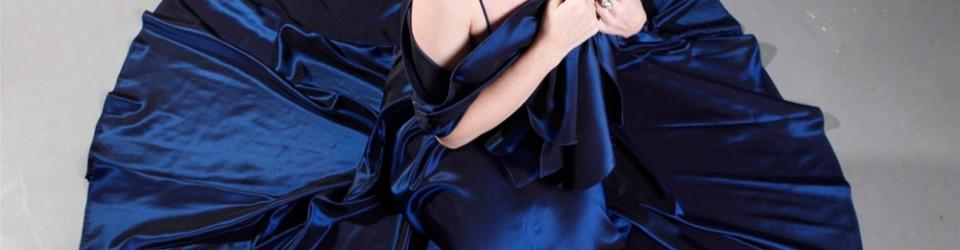 Petra Halper-König im blauen Kleid